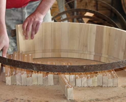 Die Dauben werden vom Fassbinder-Meister händisch gefügt (Fertigung eines Pflanzkübel-Sondermodells mit schwarzen Reifen).
