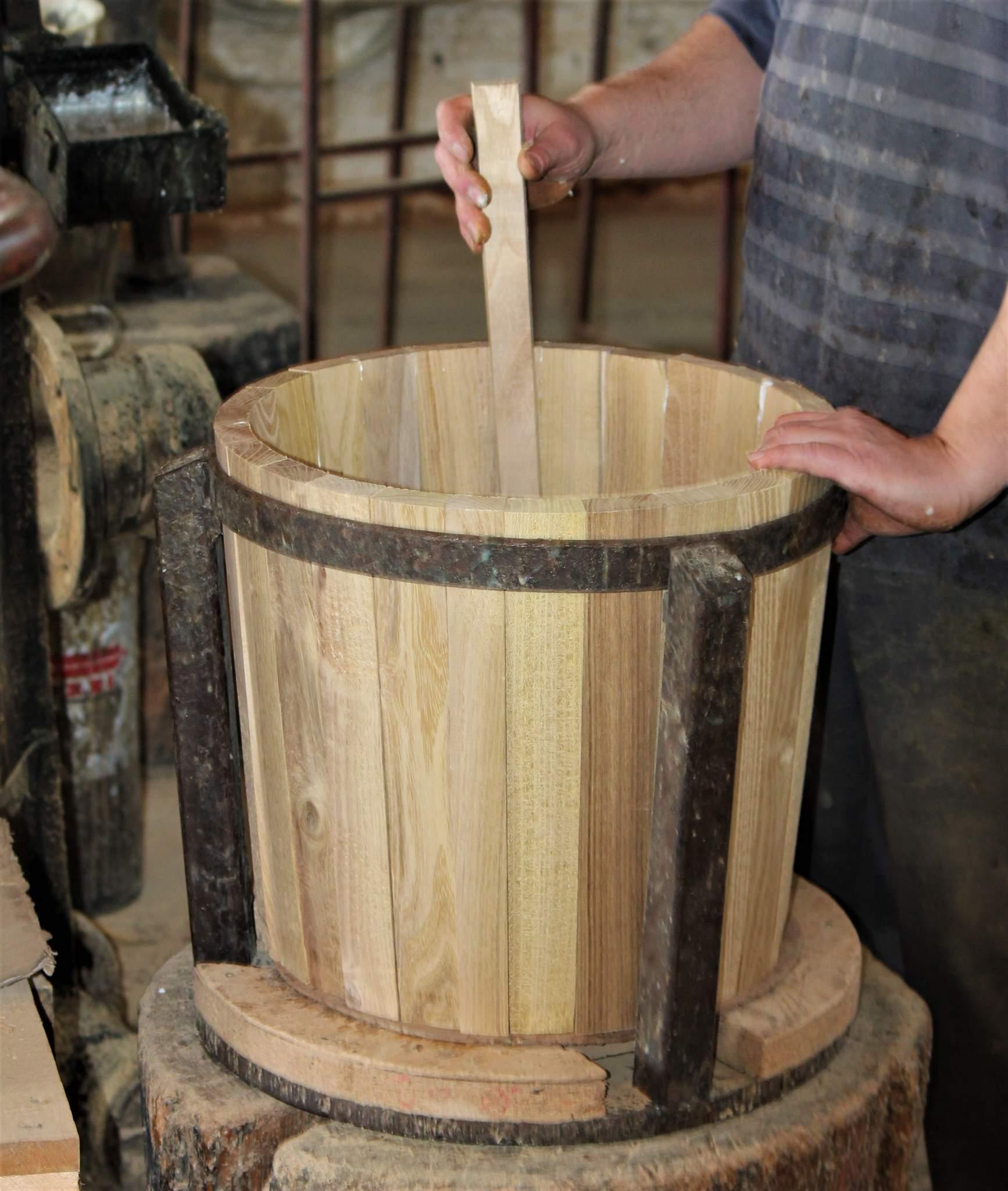 Die Dauben werden vom Fassbinder-Meister geklebt.