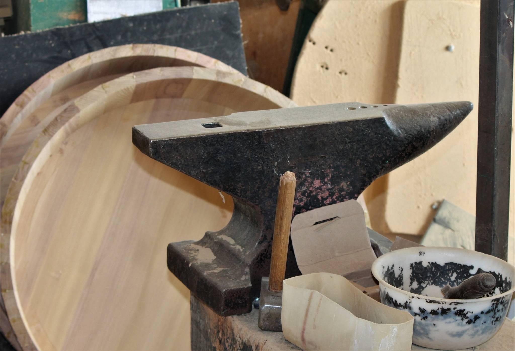 Im ersten Schritt werden vom Fassbinder-Meister die Reifen auf dem Amboss passend geschmiedet.