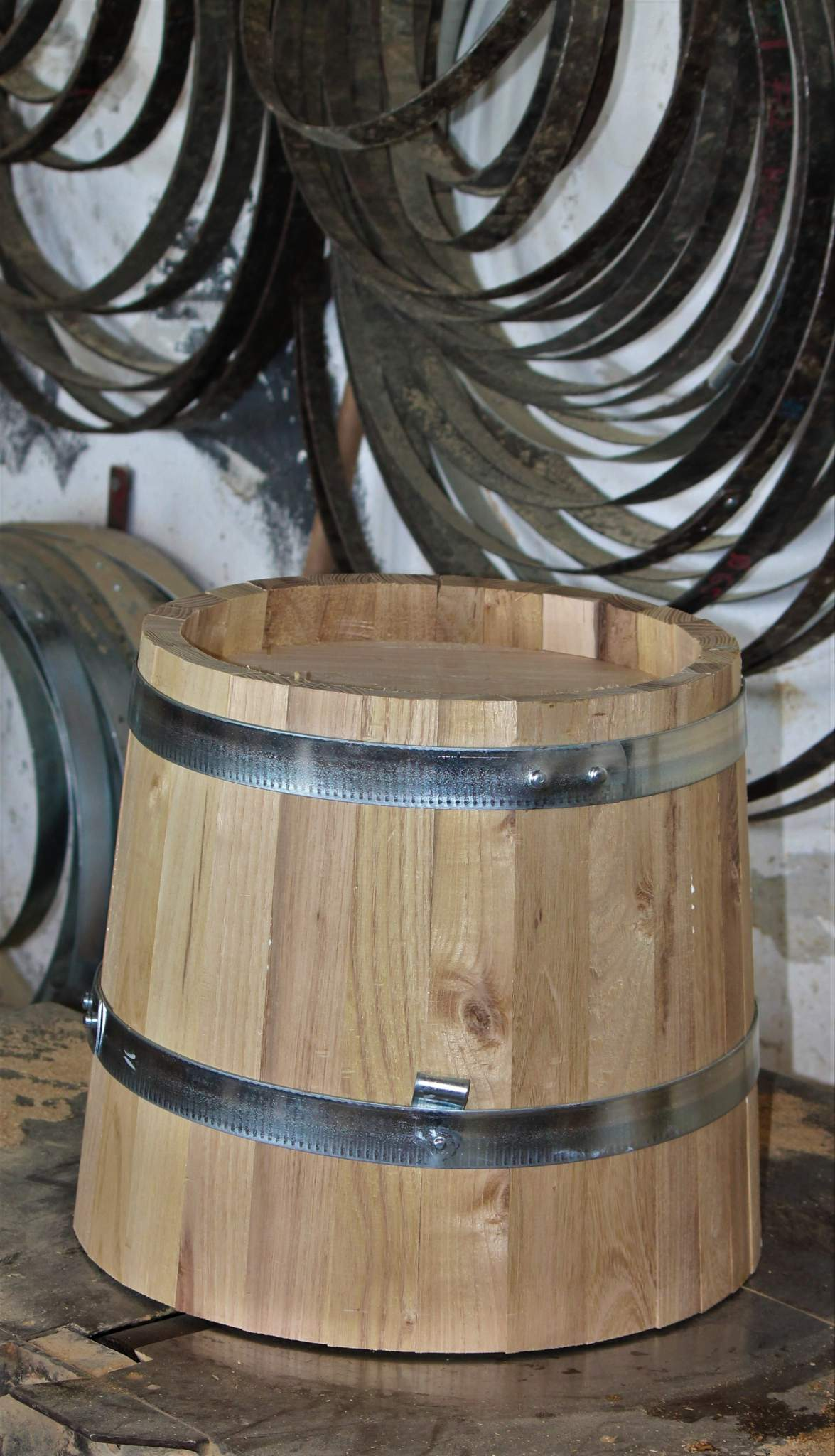 Pflanzkübel-Rohling mit galvanisierten Reifen. Die Reifen geben den Pflanzkübeln die Stabilität, der Rohling ist fertig.